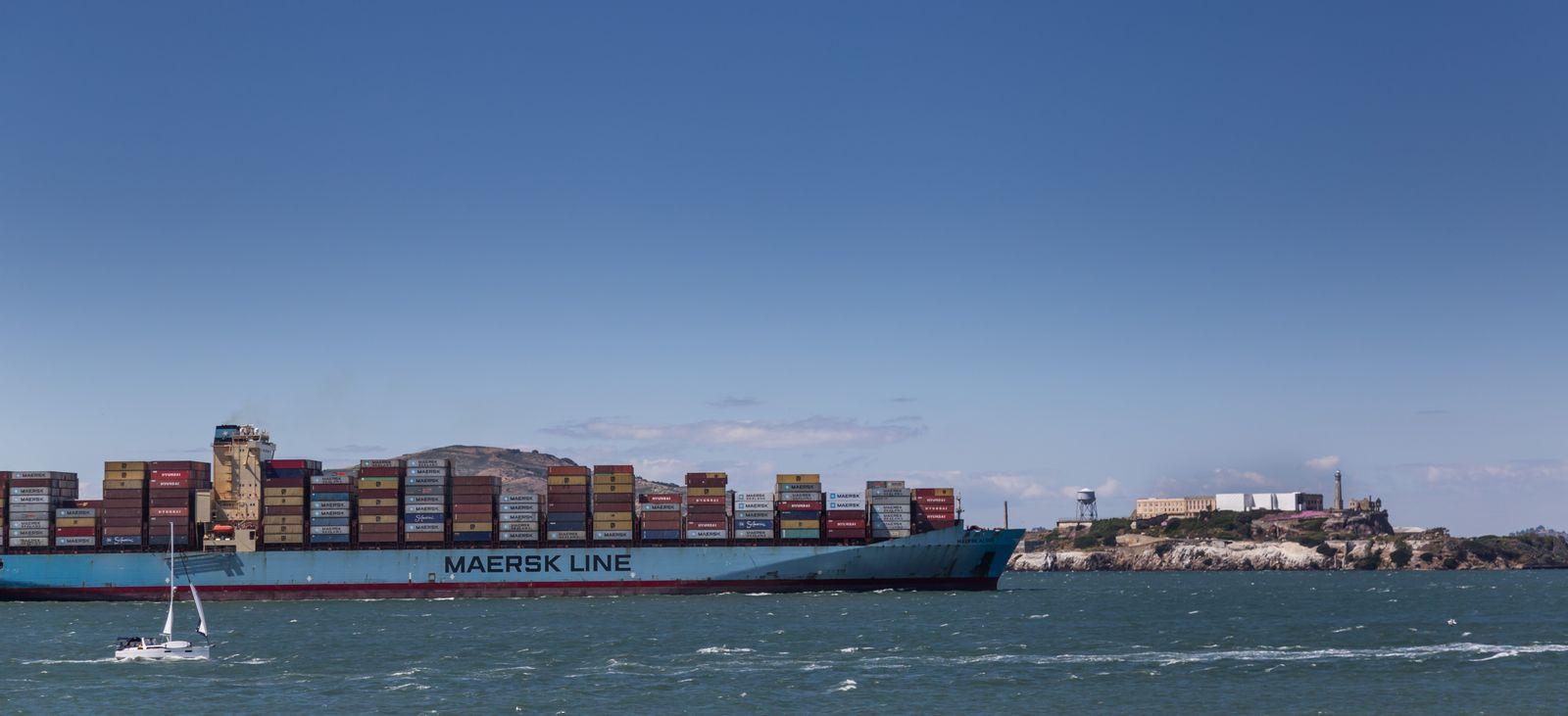 Un barco carguero saludando a Alcatraz