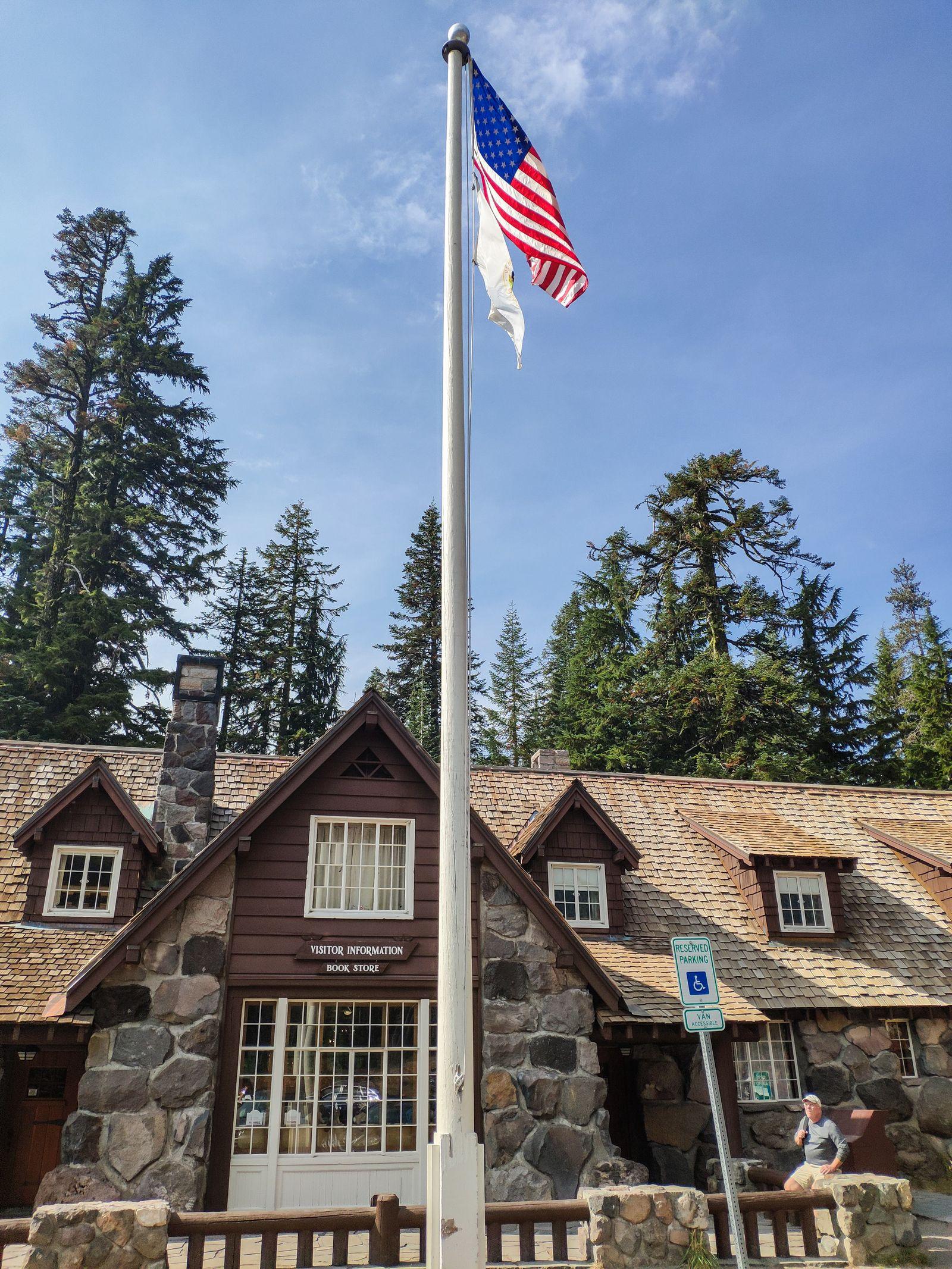Ni un Visitor Center sin su bandera ondeando