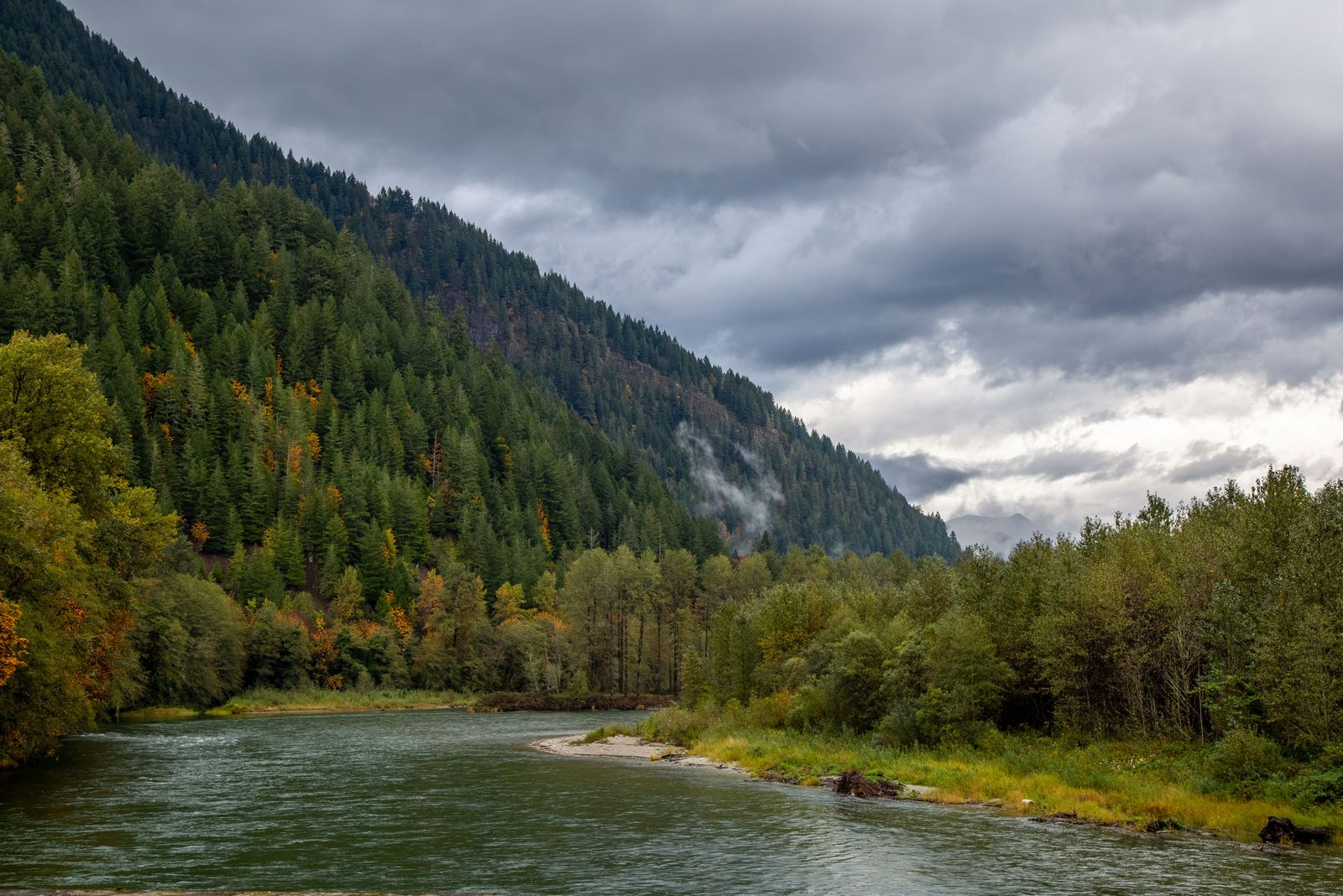 Nubes sobre el río Skágit