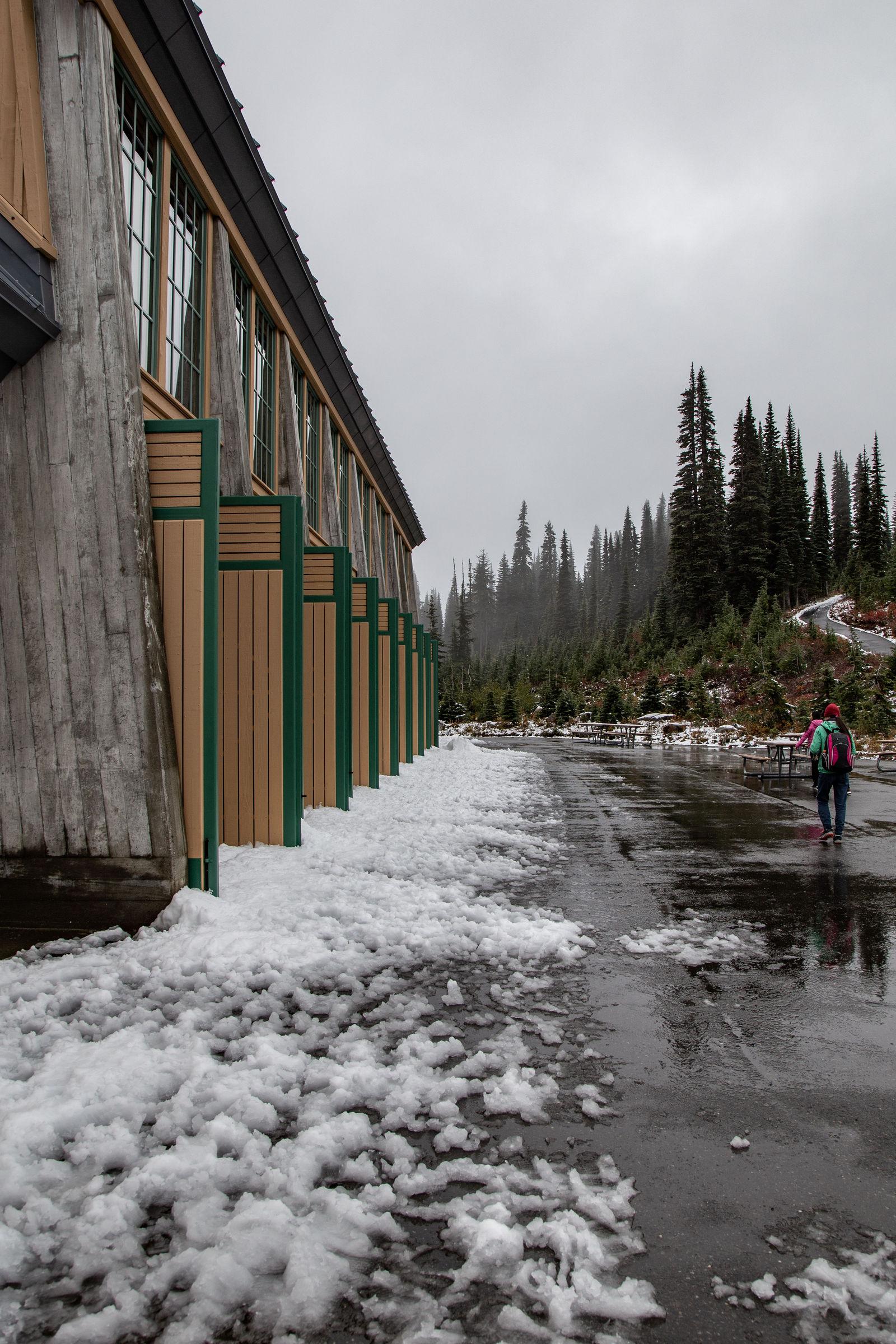 Nieve acumulada junto al centro de visitantes