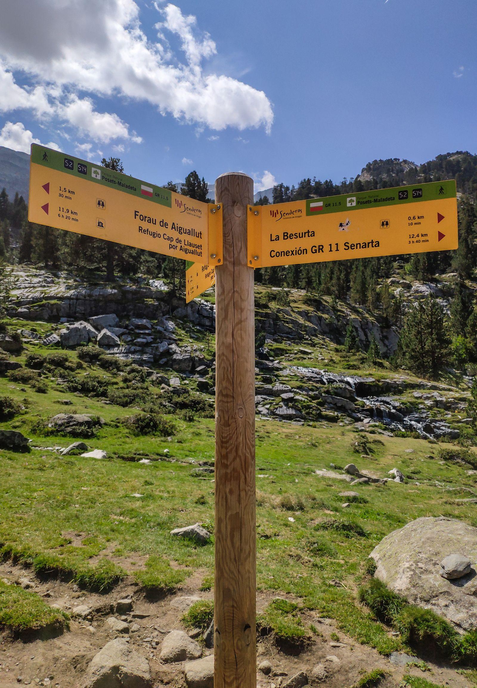La señal donde se separan los caminos hacia el Refugio y el Forau