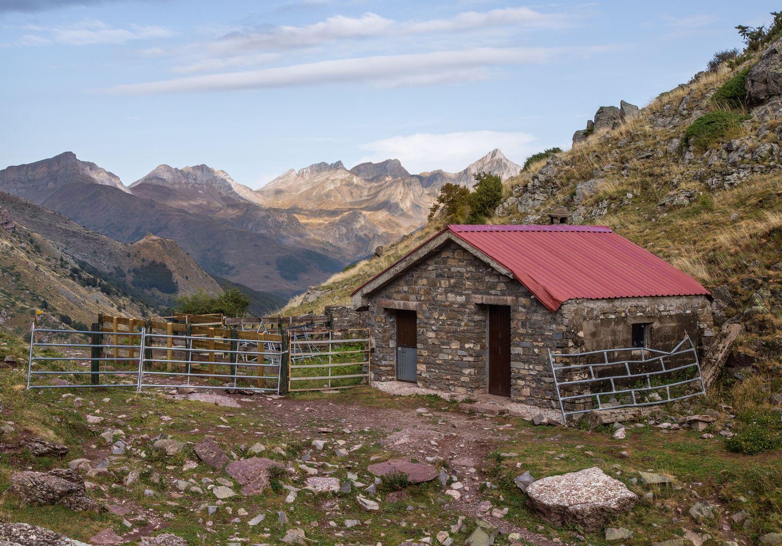 La pequeña cabaña de pastores tras alcanzar el collado