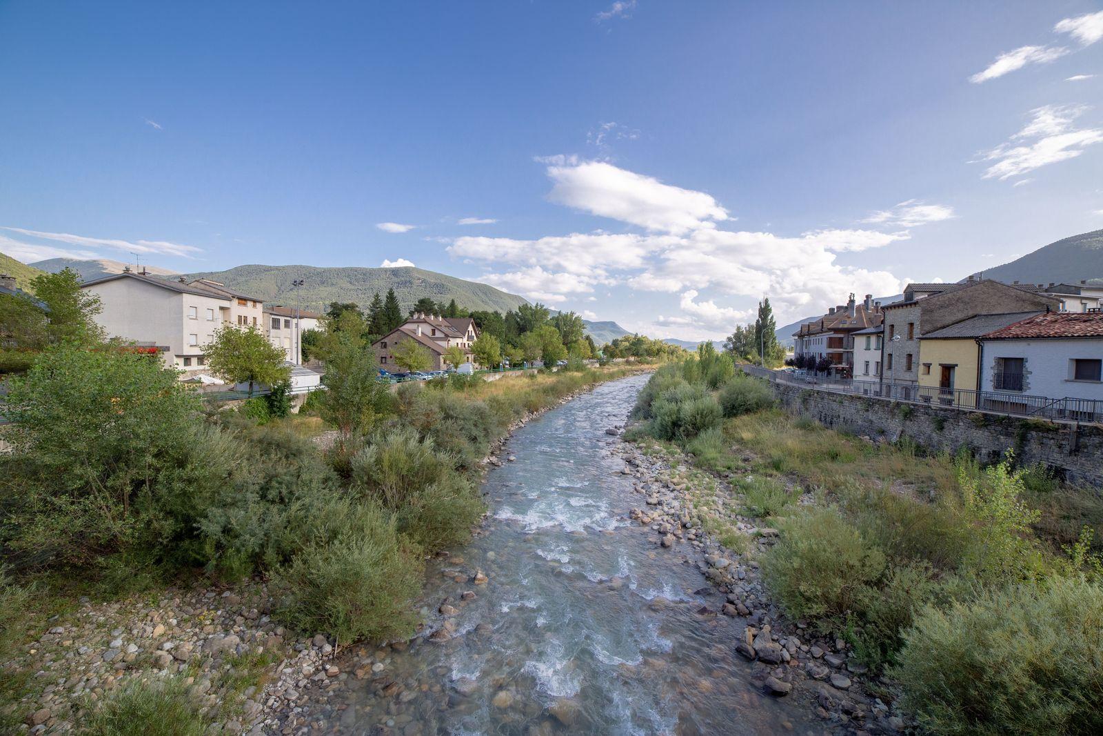 El río separa las dos mitades del municipio