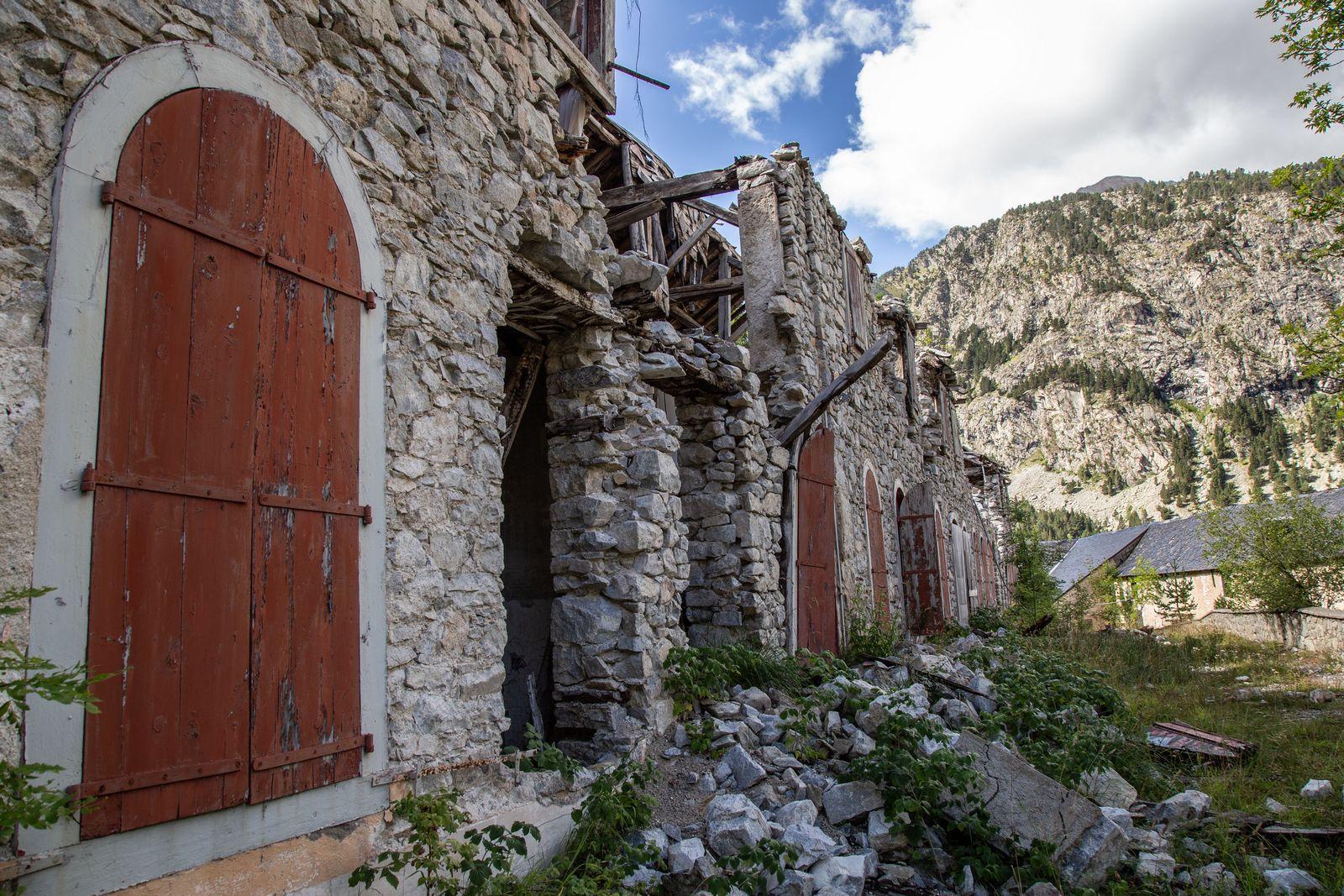 Edificios en ruinas a pocos metros del hotel y el balneario