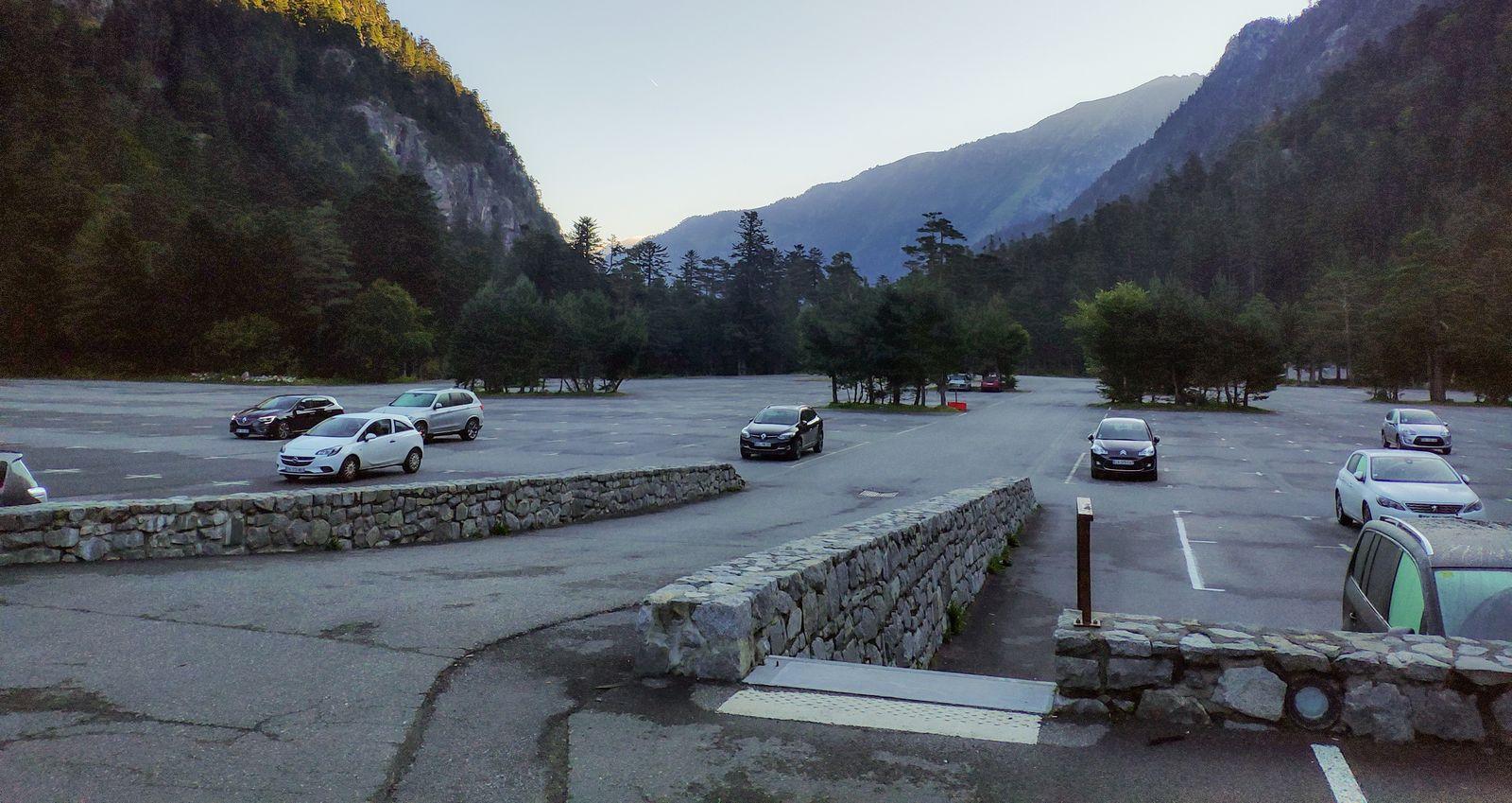 El aparcamiento prácticamente vacío a primera hora