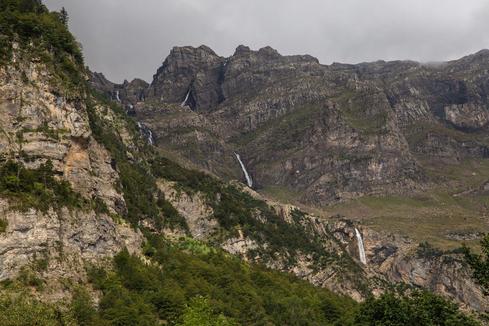 Las cascadas, a lo lejos