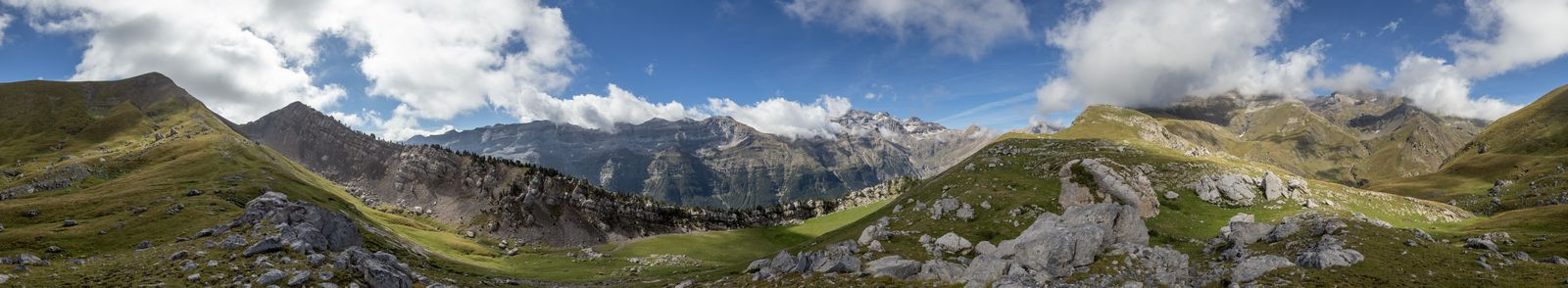 Panorámica con el Monte Perdido oculto tras las nubes