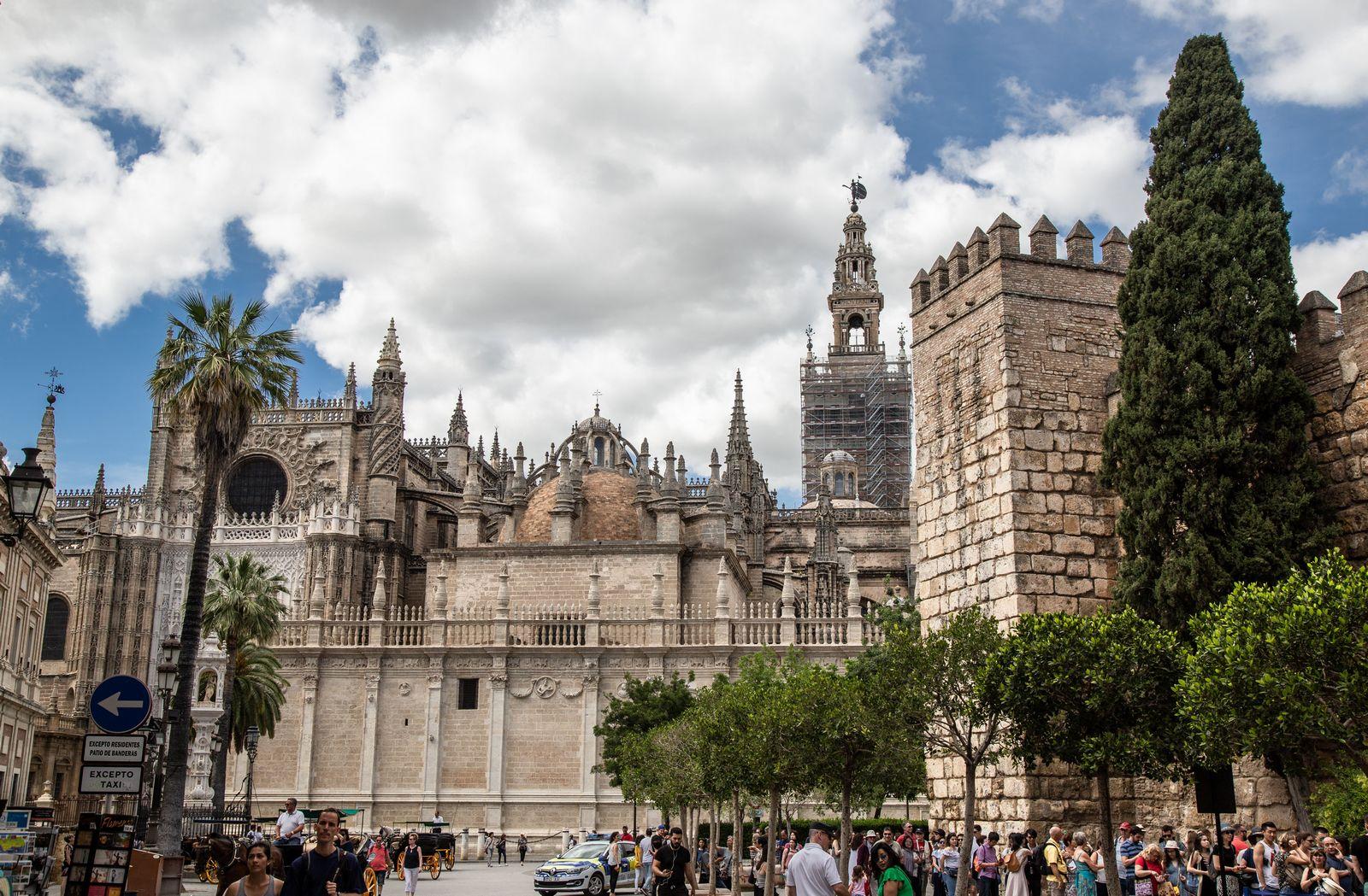El lateral sur de la Catedral y la cola para entrar al Alcázar