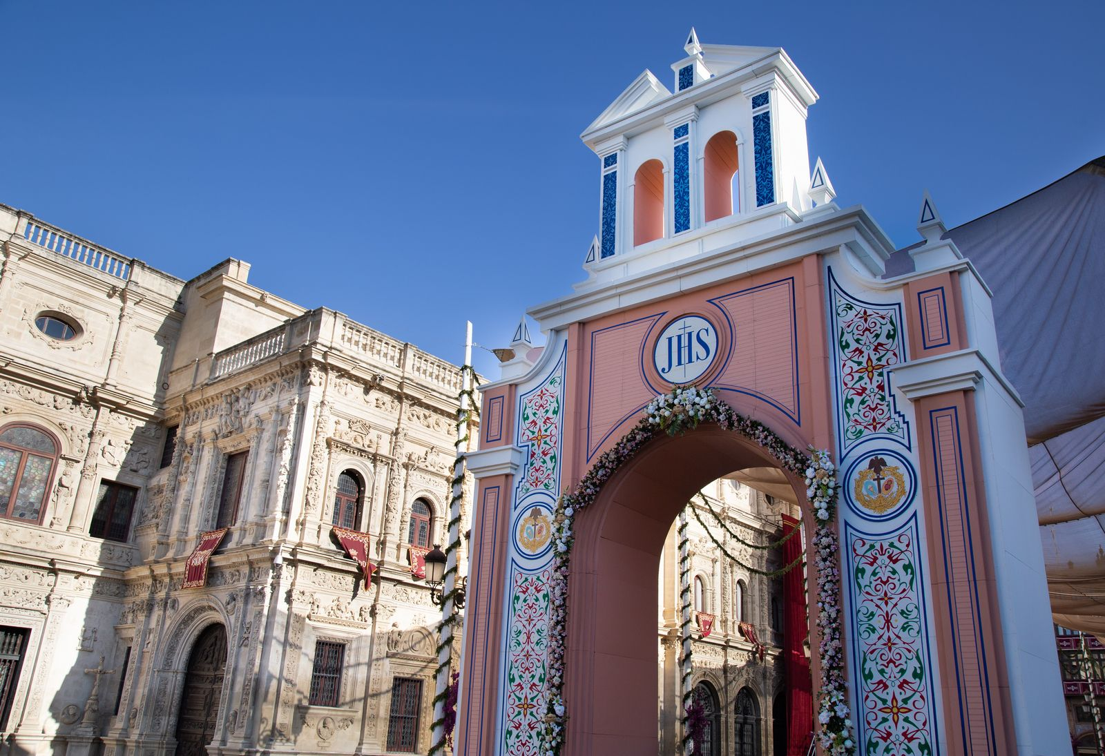 Uno de los dos arcos en la Plaza del Ayuntamiento