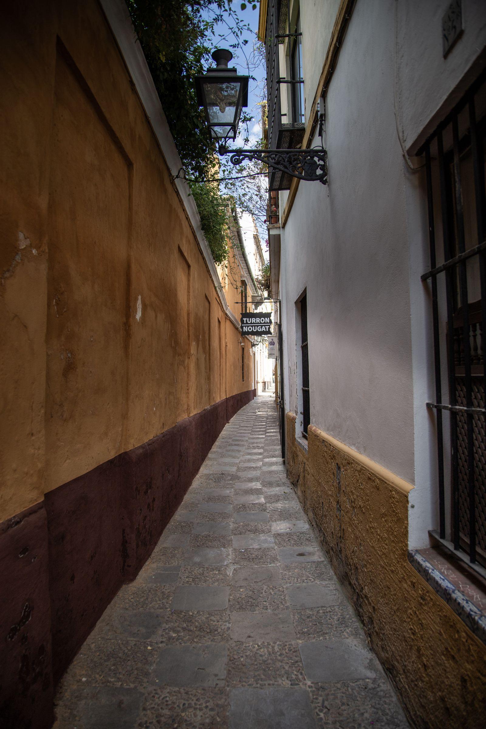 No es de las calles más estrechas del Barrio de Santa Cruz